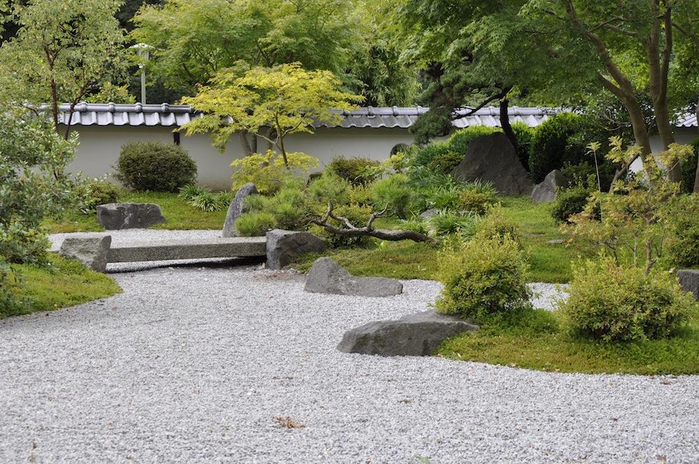 japanischer garten mit steinbr cke garden blog. Black Bedroom Furniture Sets. Home Design Ideas
