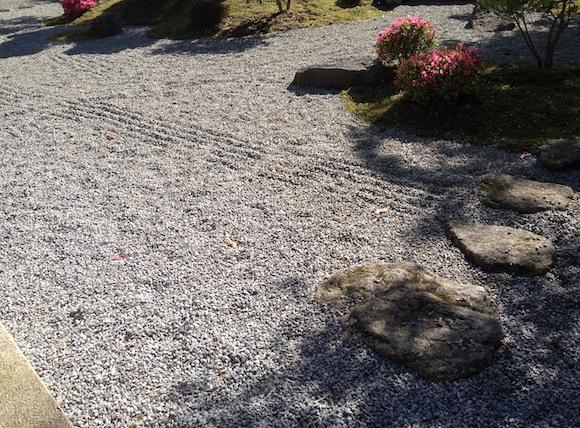 Kies wird in japanischen Gärten mit einem Kiesrechen in Form gebracht.