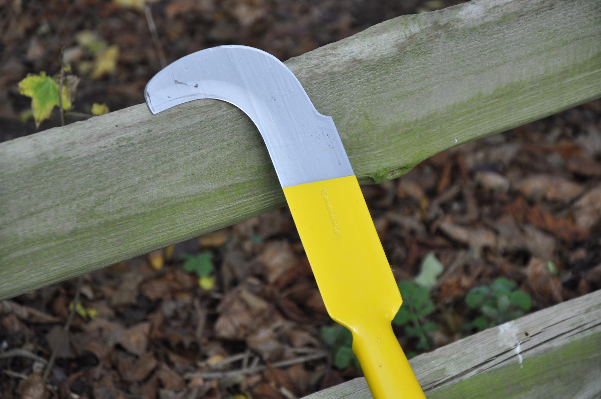Das enorme Eisenstück, ideal zum Bearbeiten von Böden und Entfernen von Unkraut.