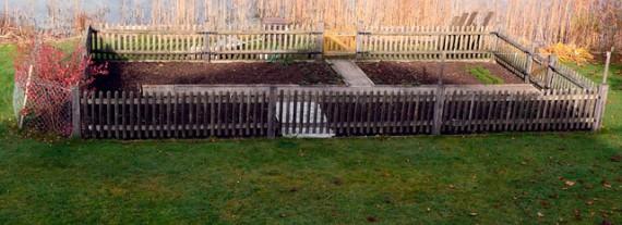 Eine hübsche, simple und funktionale Lösung für einen Zaun um Beete.