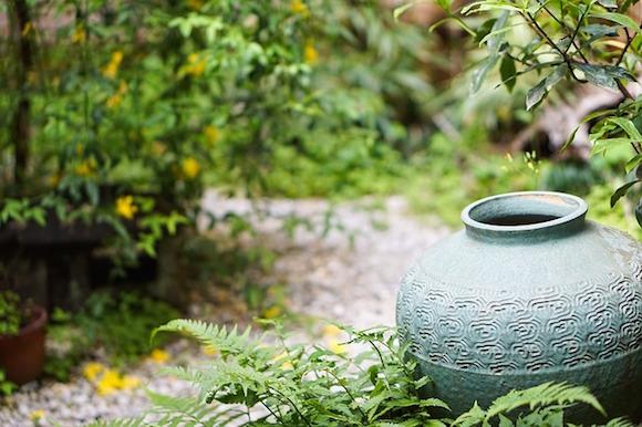 Ein gutes Beispiel dafür, wie Dekoelemente im Garten zum Garten selbst passen müssen. Hier ein klassischer Blumentopf in einem japanischen Garten.